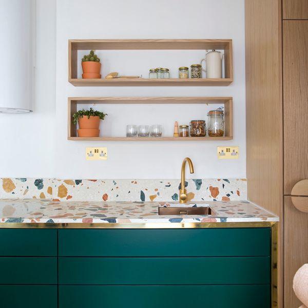 Plan de travail en terrazzo avec deux étagères minimalistes en bois fixées au mur