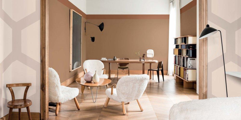 Salon aux couleurs terreuses : murs miel ambré et meubles en bois clair