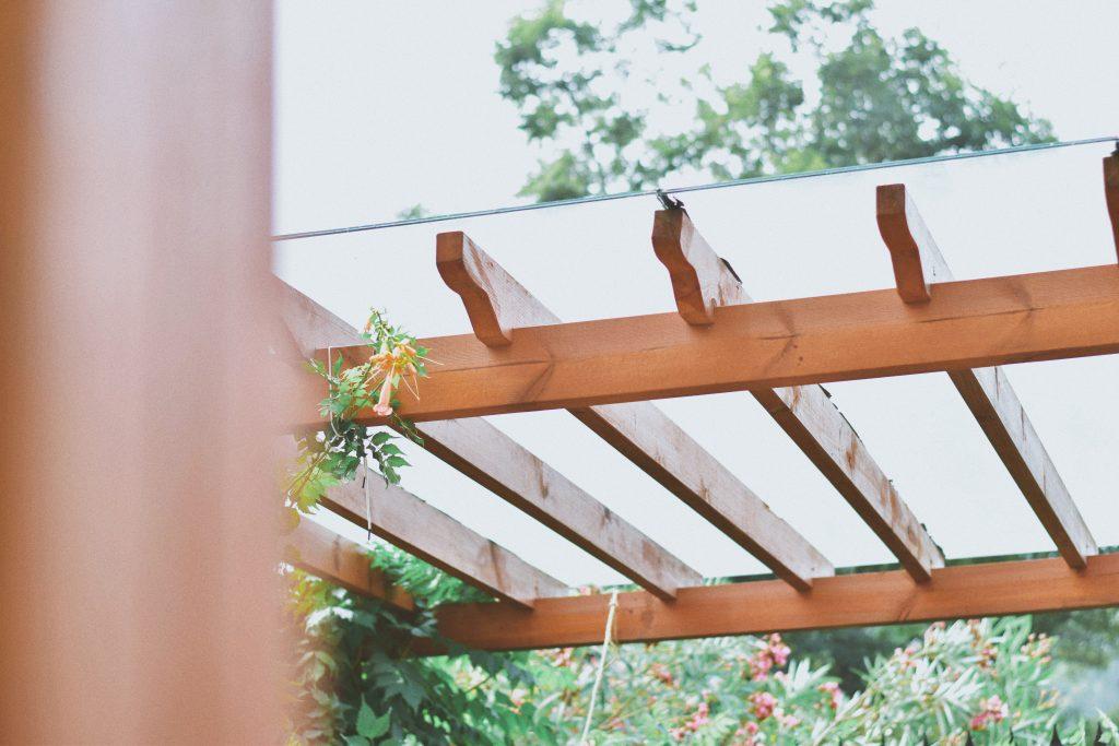 Zoom sur pergola en bois et en verre