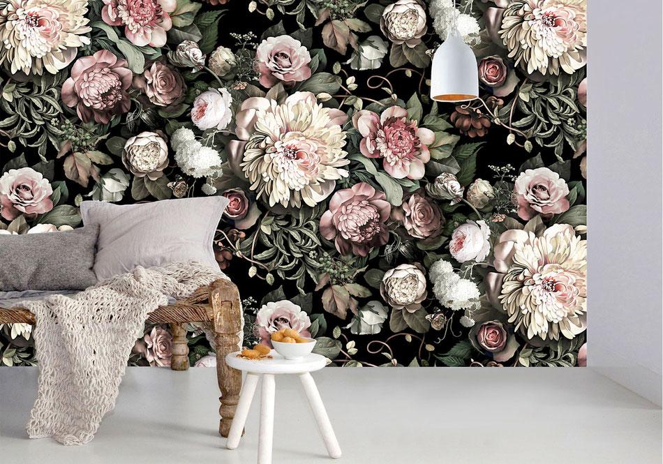 Mur avec de la tapisserie florale sur fond noir
