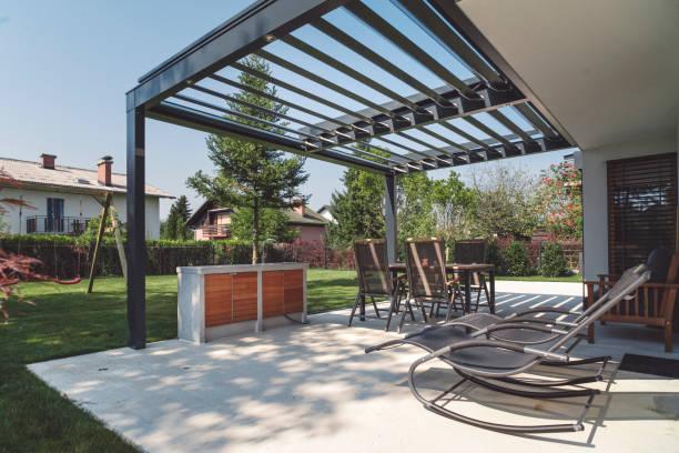 Pergola en acier sur une terrasse et salon de jardin