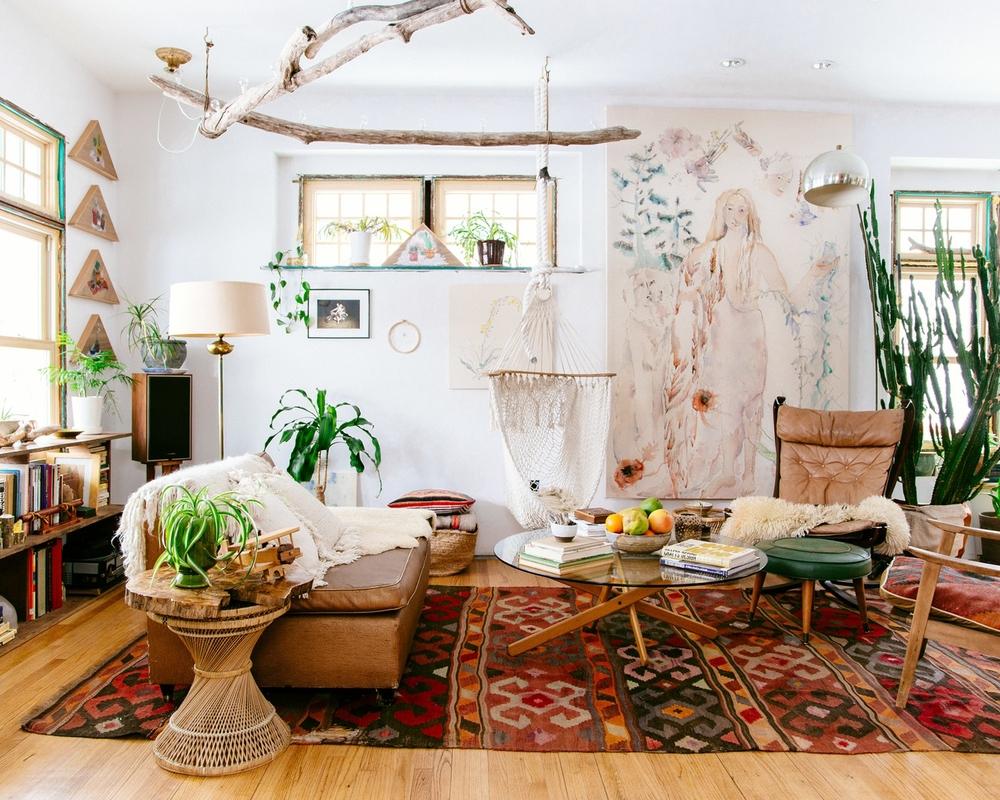 Salon de style bohème avec beaucoup de plantes
