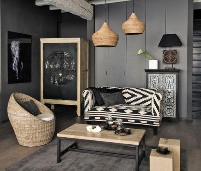 Salon cocooning avec parquet et murs sombres et mobilier en bois clair