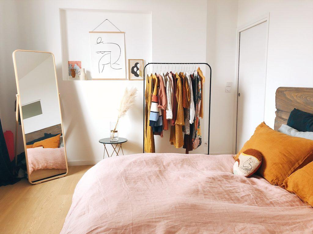 Chambre aux murs blanc avec du plancher au sol très moderne et bien décorée