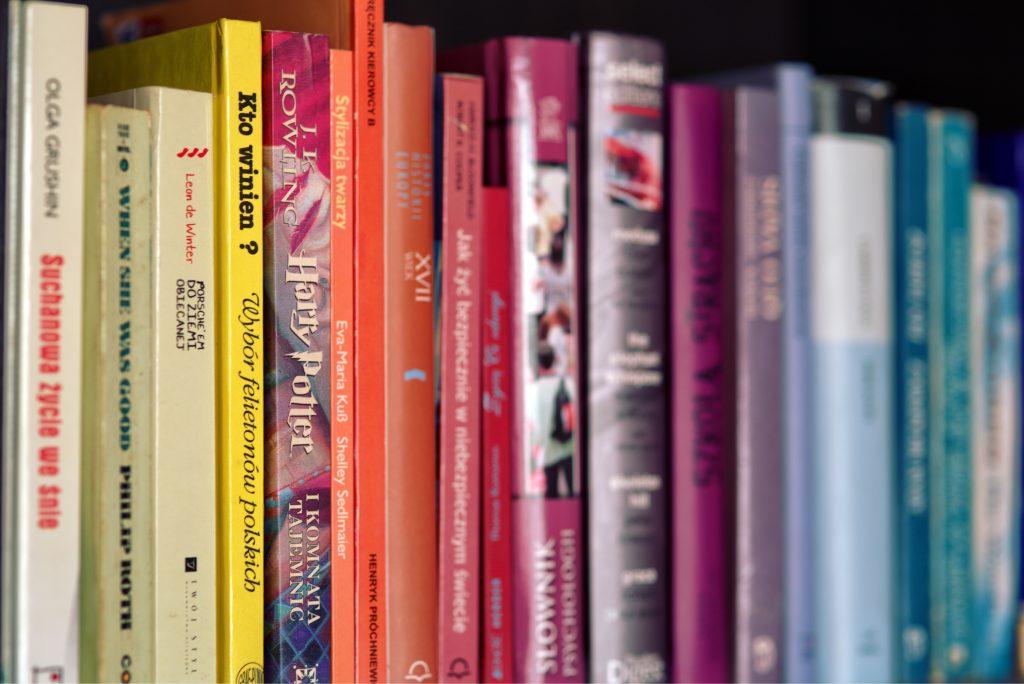 Rangement arc-en-ciel des livres dans une bibliothèque