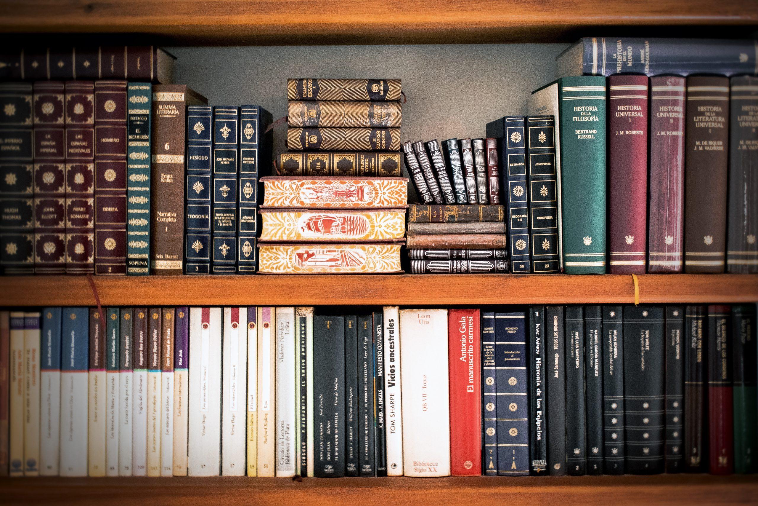 Etagères d'une bibliothèque remplies de livres